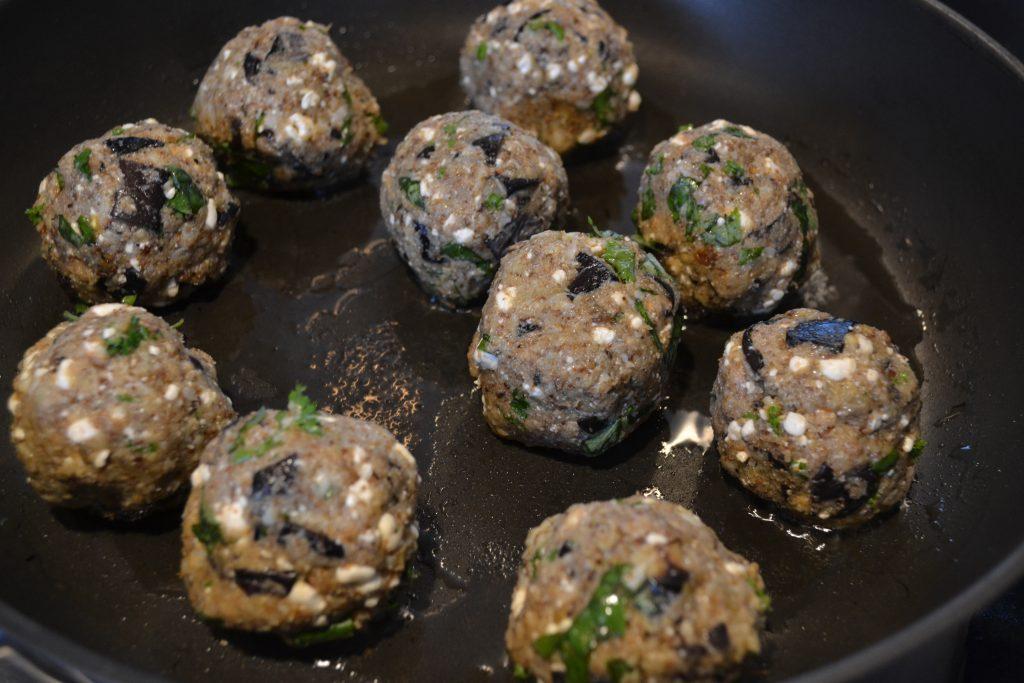 De ongebakken vegetarische gehaktballen