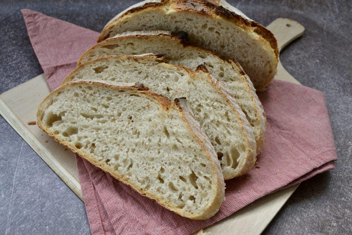 Een opengesneden zuurdesembrood
