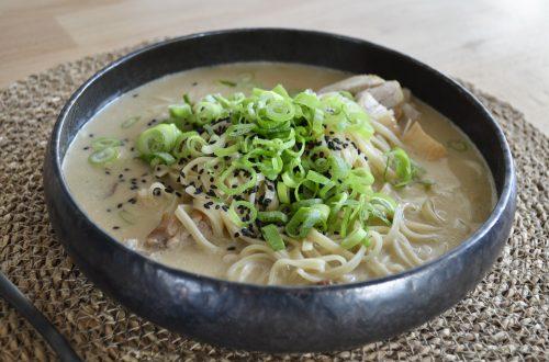Tom Kha kai soep in een diep bord