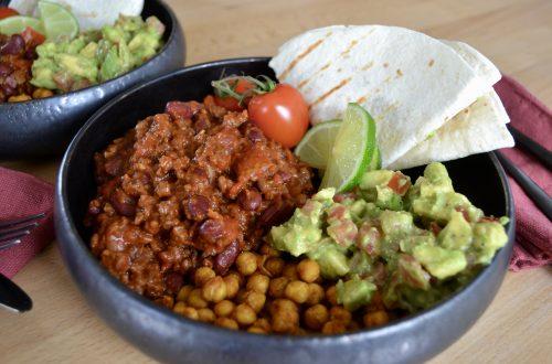 Zijaanzicht van de gevulde burrito bowl
